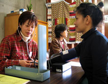 在日外国人のための無料出張健康相談会、血圧測定の様子。