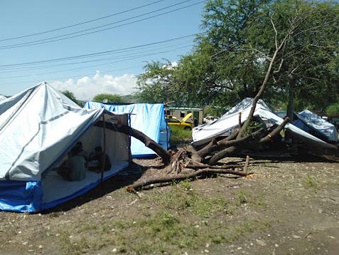 テントで暮らす避難者.jpg