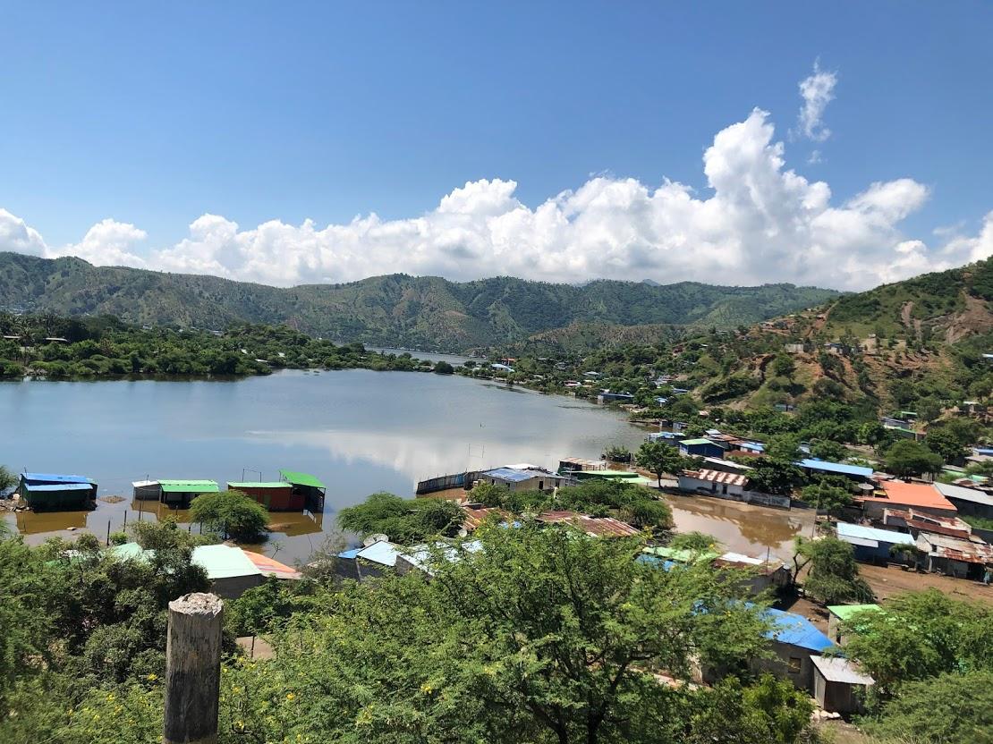 増水した湖.JPG