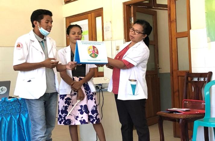 教材を使った健康教育を練習する医療スタッフたち(医師・看護師・助産師)
